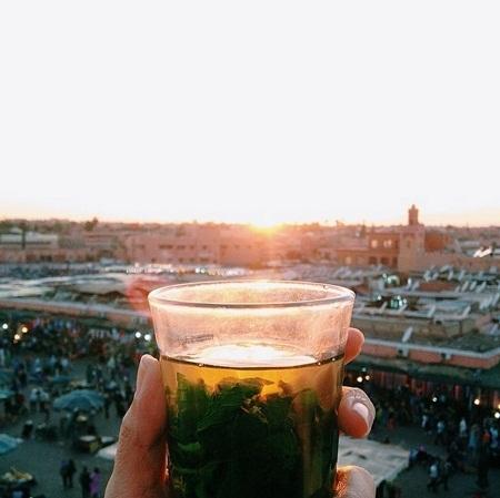 Ngắm mặt trời lặn với một cốc trà bạc hà ở thành phố Marrakesh, Morocco.