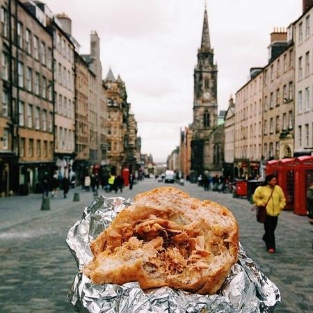 Bánh mì kẹp thịt lợn nướng ở Edinburgh, Scotland.