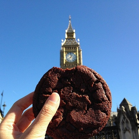 Bánh quy sôcôla mua gần tháp đồng hồ Big Ben, London, Anh.