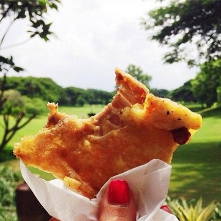 Bánh bột mì trộn nghệ rán giòn mua ở Jakarta, Indonesia.