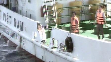 Tàu Việt Nam bị tàu Trung Quốc hung hãn đâm rách