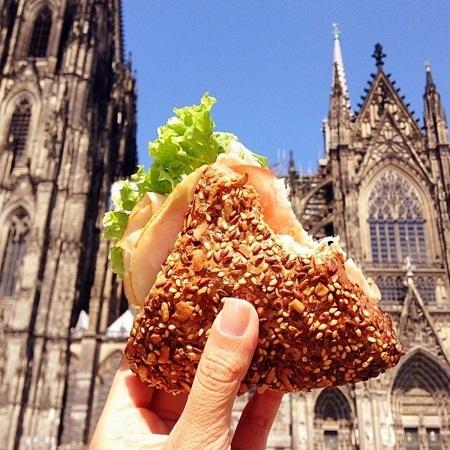 Bánh kẹp mua gần nhà thờ Koln ở Cologne, Đức.