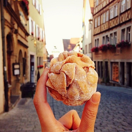 Bánh mì ngọt hình quả bóng ở thị trấn Rothenburg Ob de Tauber, Đức.