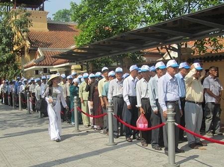 Ngay từ sáng sớm, số lượng khách đến viếng Lăng Bác đã rất đông