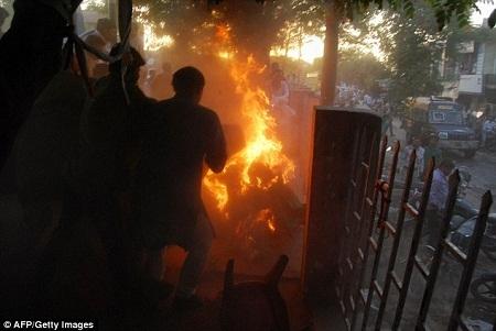 Hai chính trị gia cùng có mặt tại trường quay khi đó đã hợp sức dập tắt ngọn lửa.
