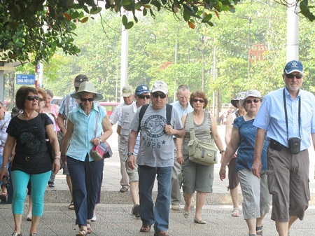 Một số lượng không nhỏ đoàn du khách nước ngoài vào Lăng viếng Bác