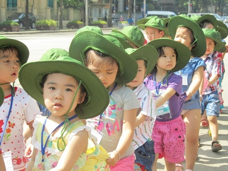 """Hình ảnh đáng yêu của những em nhỏ """"nối đuôi"""" nhau vào Lăng viếng Bác"""
