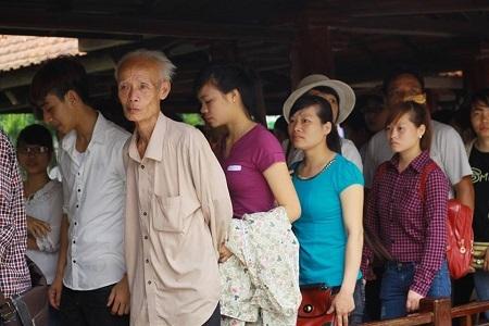 Khuôn mặt xúc động của những người con đất Việt vào lăng viếng Bác