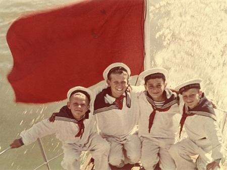 Học viên trường hải quân hồi cuối thập niên 1940. Ảnh chụp bởi Yakov Khalip.