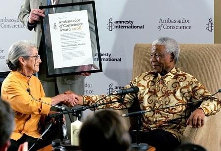 Bà Nadine Gordimer (trái) và ông Nelson Mandela (phải)