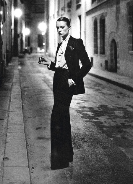 Bộ tuxedo nữ đầu tiên chính thức được ra mắt năm 1966 bởi nhà thiết kế Saint Laurent.
