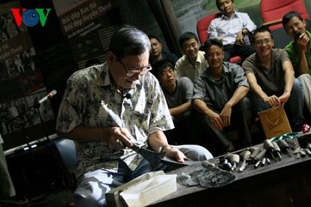 Nghệ nhân Phạm Quang Xuân thực hiện công đoạn đầu tiên là phá lốp