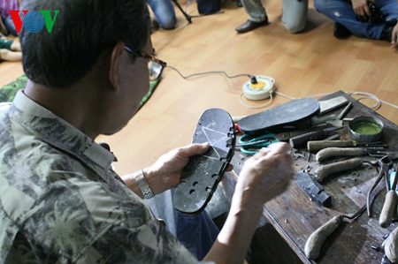 Mặc dù tuổi đã cao, nhưng ông vẫn giữ được sự tinh tường, khéo léo mỗi khi chế tạo ra những đôi dép