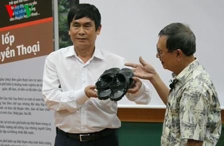 Chỉ sau 30 phút, đôi dép cao su - đôi dép Bác Hồ được nghệ nhân Phạm Quang Xuân chế tác hoàn chỉnh