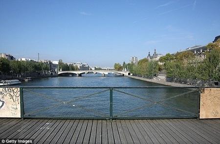 """Paris chính thức """"ra tay"""" chặn đứng khóa tình yêu"""