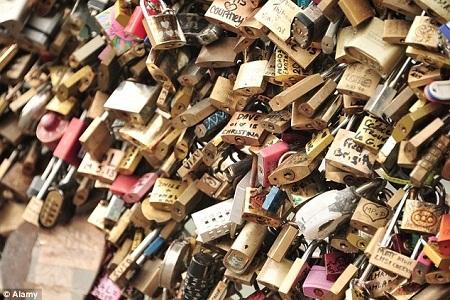 Du khách thường đến đây để gắn khóa tình yêu rồi sau đó vứt chìa khóa xuống sông Seine.