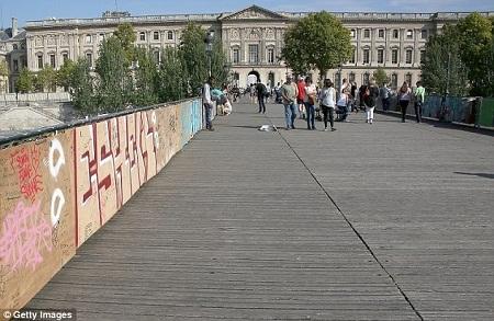 Hồi tháng 6, một phần rào chắn của cây cầu đã bị đổ sập dưới sức nặng của những chiếc khóa.