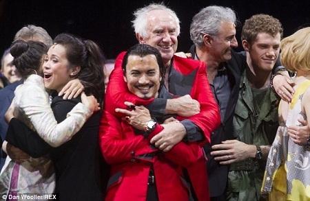 """Dàn diễn viên """"xưa và nay"""" cùng nhau gặp gỡ trên sân khấu."""