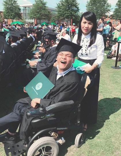 Quân và mẹ trong ngày lễ tốt nghiệp đại học tại Mỹ.