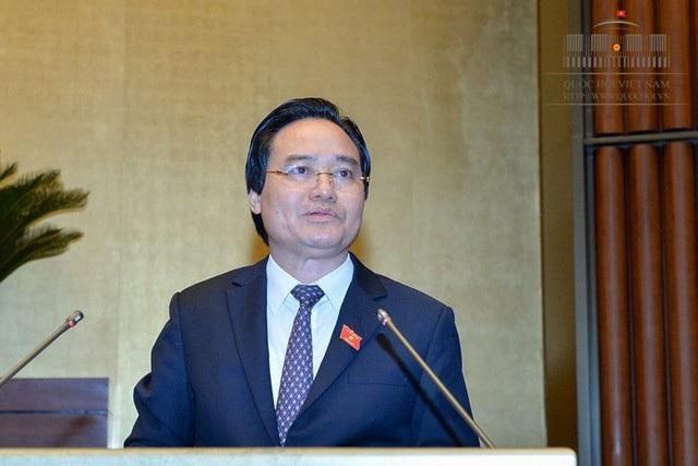 Bộ trưởng Bộ GD&ĐT Phùng Xuân Nhạ thừa ủy quyền của Thủ tướng Chính phủ trình bày Tờ trình về việc lùi thời điểm triển khai áp dụng chương trình giáo dục phổ thông và SGK mới.