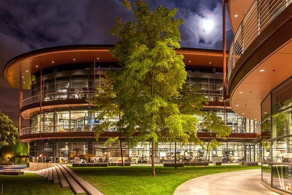 Khuôn viên trường Stanford lúc về đêm.