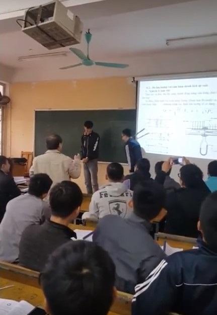 Trong lúc yêu cầu sinh viên nhận roi phạt, người thầy đứng trước lớp quay video.