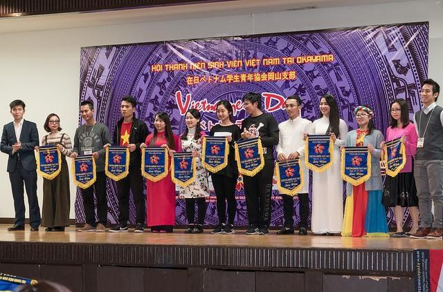 Phó chủ Tịch Trần Huy Thông trái và Nguyễn Đức Tâm phải trao cờ lưu niệm cho thành viên tham dự.
