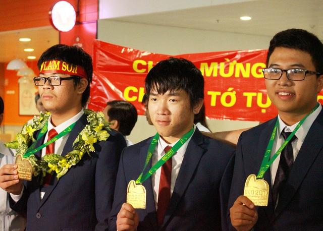 Quốc Huy (giữa) không chỉ mang về HCV cho đoàn Việt Nam mà còn là thí sinh đạt điểm cao nhất thế giới tại IMO 2017.