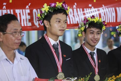 Em Tạ Bá Dũng (giữa) là chủ nhân Huy chương Vàng Olympic Vật lý quốc tế 2017.