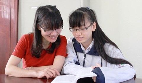 Em Phan Thị Minh Phương – chủ nhân học bổng trị giá 6,2 tỷ đồng từ trường Đại học Smith, Mỹ cùng với mẹ (Ảnh: Báo Hà Tĩnh ).