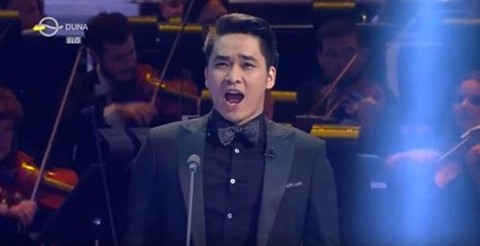 Giọng hát đầy nội lực của chàng trai Việt khiến khán giả truyền hình Hungary vô cùng yêu mến.