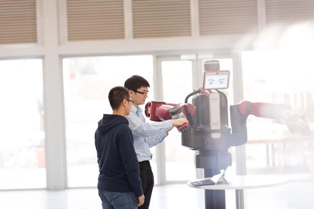 Nhằm nâng cao chất lượng đào tạo, chính phủ New Zealand còn chi mạnh tay 700 triệu đô la để trang bị cơ sở vật chất phục vụ việc giảng dạy các nhóm ngành khoa học kỹ thuật, trong đó có công nghệ số. Đội ngũ giáo viên cũng được chính phủ tạo điều kiện nâng cao năng lực giảng dạy các bộ môn công nghệ thông qua chương trình đào tạo sau ĐH tại ĐH Auckland.