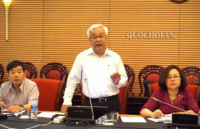 Chủ nhiệm Ủy ban Văn hóa, Giáo dục, Thanh niên, Thiếu niên & Nhi đồng Phan Thanh Bình phát biểu tại phiên họp.