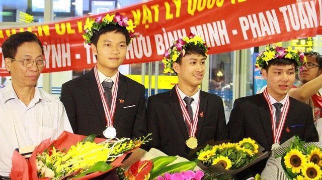 Nguyễn Thế Quỳnh (thứ 3, từ trái sang) giành học bổng toàn phần của Viện công nghệ Massachusetts năm 2018.