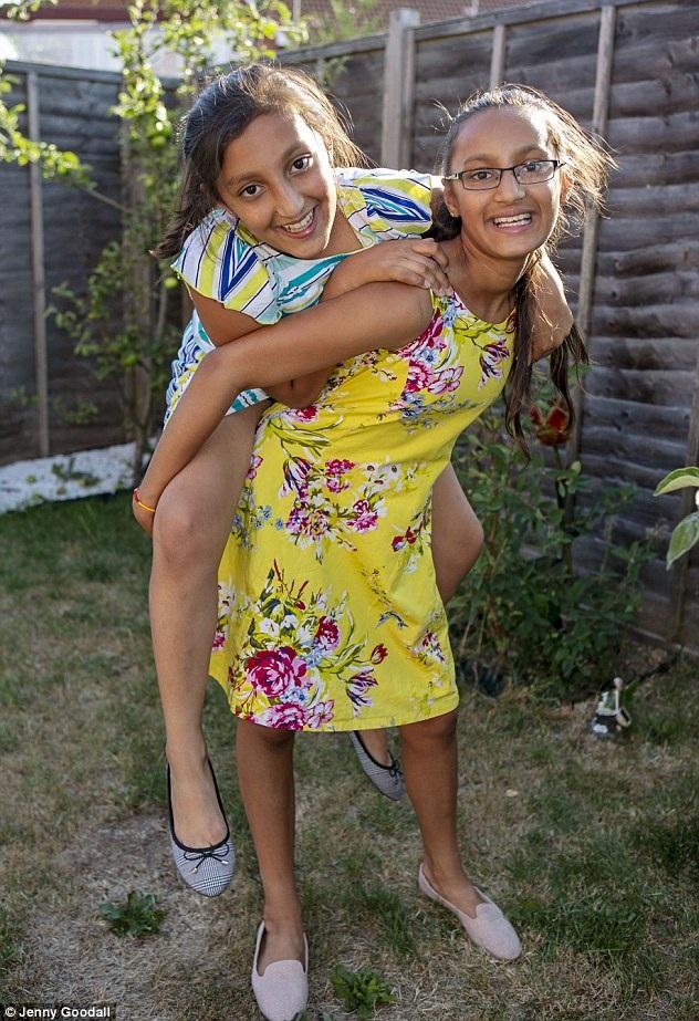 Cặp chị em song sinh 11 tuổi, Nishka (trái) và Nysa Upadhya (phải) giành số điểm cao nhất bài test Mensa tháng 7/2018.