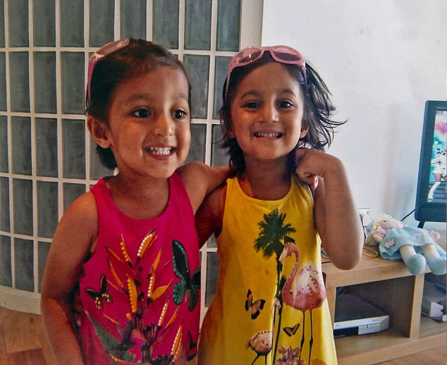 Nishka và Nysa Upadhya khi còn bé.