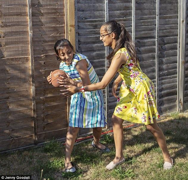 Cặp chị em sinh đôi 11 tuổi gốc Ấn thông minh hơn cả Einstein - 4