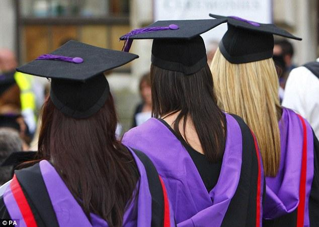 Số lượng nam sinh đăng ký vào đại học tại Anh thấp nhất trong 3 năm qua. (Ảnh: PA)