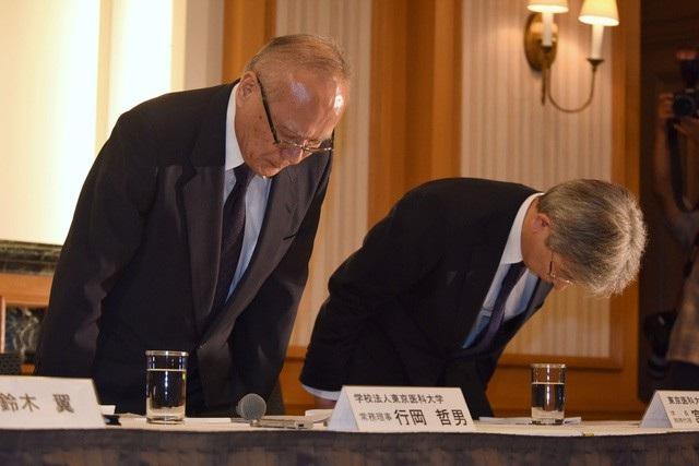 Ông Tetsuo Yukioka (trái), giám đốc điều hành Đại học Y Tokyo và ông Keisuke Miyazawa, quyền chủ tịch Đại học Y Tokyo, cúi đầu tại cuộc họp báo ở Tokyo ngày 7/8 (Ảnh: Japan Times).