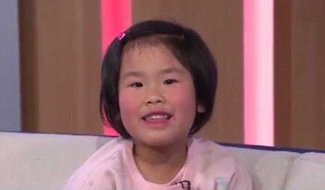 Cô bé Esther Lee có thể thuộc tên 195 thủ đô trên thế giới khi mới 2 tuổi. (Ảnh: Daily Mail)