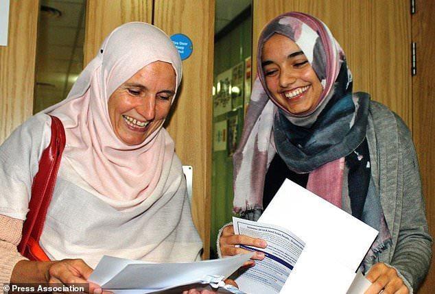 Zahra Farooque (phải) chia sẻ niềm vui khi nhận kết quả bài thi A-level cùng mẹ, bà Anne Farooque. (Ảnh: PA)