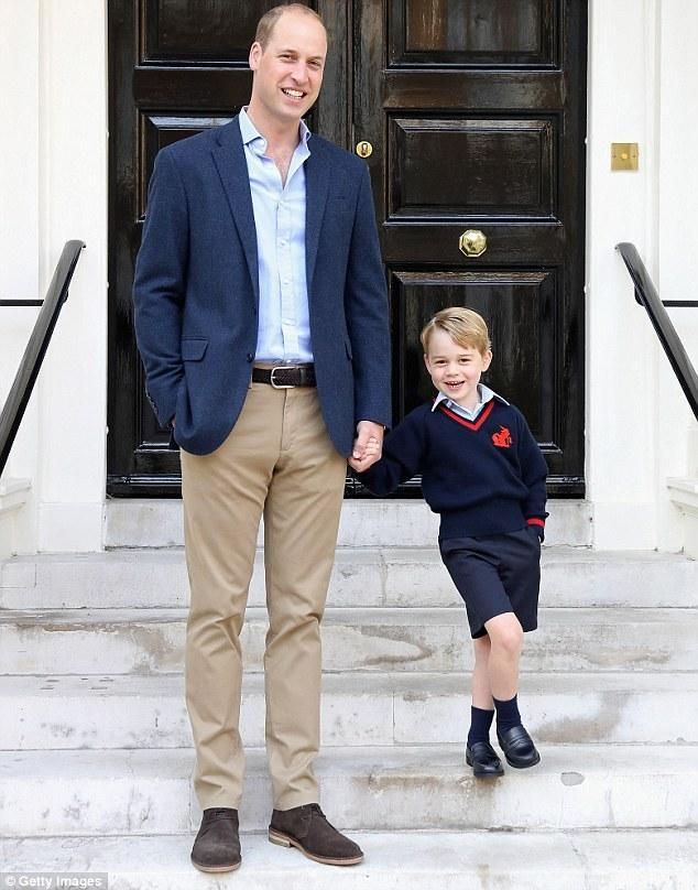 George chụp ảnh cùng cha, Hoàng tử William, trong ngày khai giảng năm ngoái. (Ảnh: Getty)