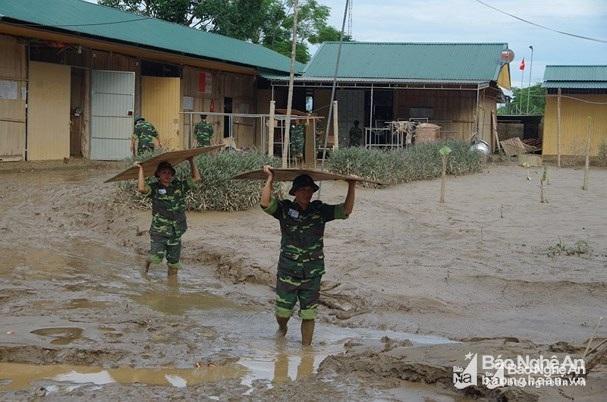 Bộ Chỉ huy Quân sự tỉnh giúp Trường PT DTNT THCS Con Cuông chuyển sang địa điểm mới.