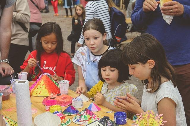 Trẻ em quốc tế tò mò, thích thú tham gia trò chơi dân gian của Việt Nam.