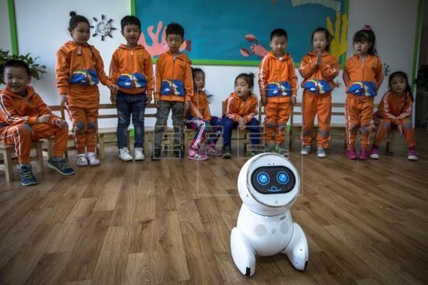 Các em học sinh vô cùng thích thú trước sự xuất hiện của chú robot dễ thương này.