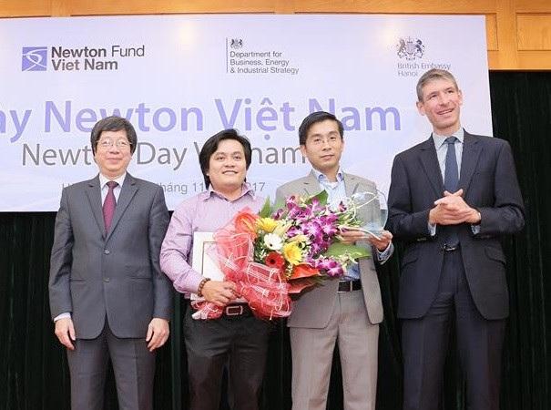 Tiến sĩ Dương Quang Trung (thứ 2 từ phải sang) và tiến sĩ Võ Nguyên Sơn (thứ 3 từ phải sang) được ghi nhận vì đóng góp tích cực trong hợp tác nghiên cứu khoa học Anh quốc - Việt Nam (Ảnh: N.S).