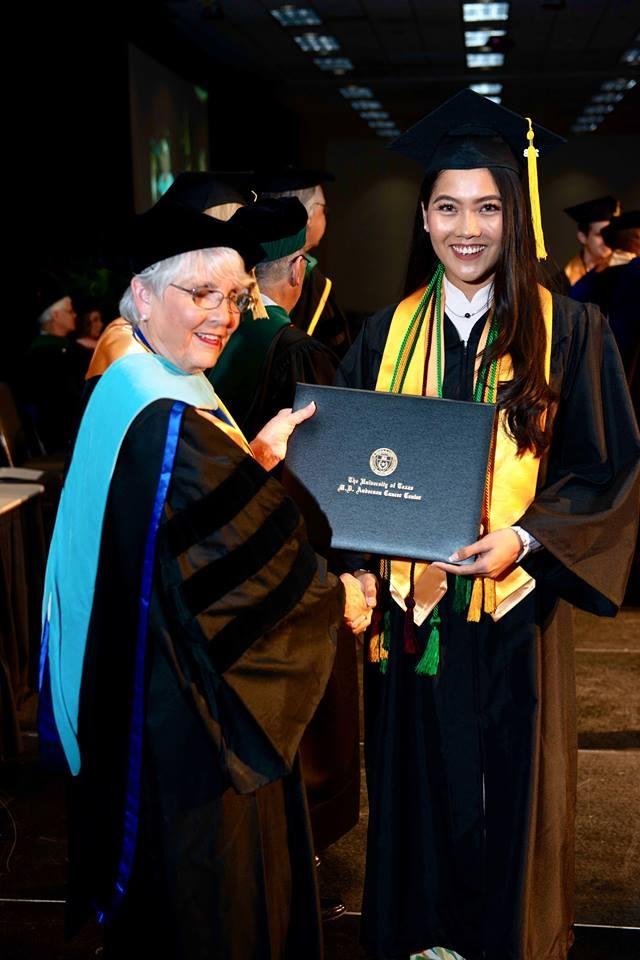 Cô gái Việt rạng rỡ trong giây phút được trao bằng tốt nghiệp xuất sắc cùng giải thưởng và cúp danh dự dành cho sinh viên toàn diện và xuất sắc nhất của khóa.