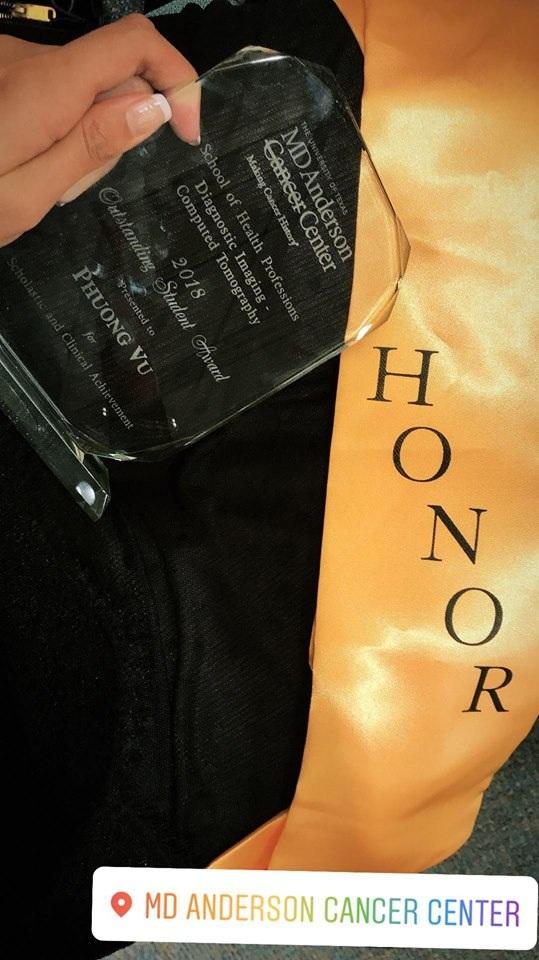"""Cúp """"Honor Roll"""" dành cho sinh viên toàn diện và xuất sắc nhất mà Nam Phương nhận được."""