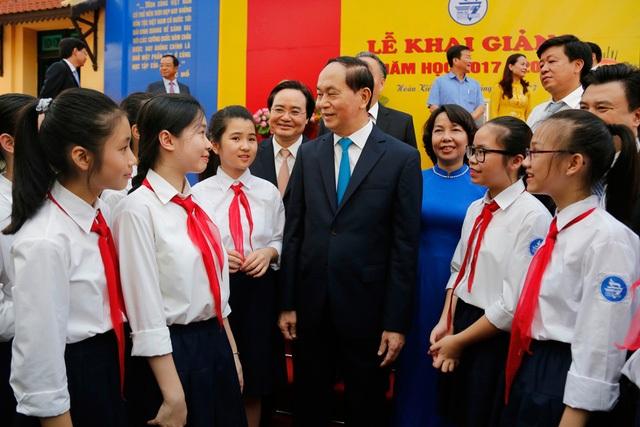Chủ tịch nước trò chuyện, căn dặn các em học sinh.