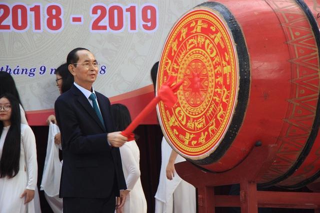 Chủ tịch nước Trần Đại Quang đánh trống trong lễ khai giảng tại Trường THPT Chu Văn An (Hà Nội) nhân dịp năm học mới 2018-2019. Đây cũng là lần đánh trống khai trường lần cuối cùng trong cuộc đời của người đứng đầu Nhà nước Việt Nam (Ảnh: Trần Thanh).